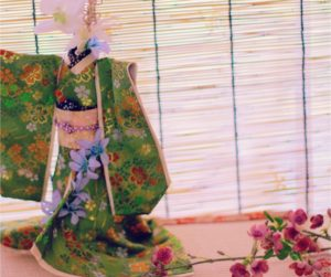 アーティフィシャルフラワーを添えた着物ドール