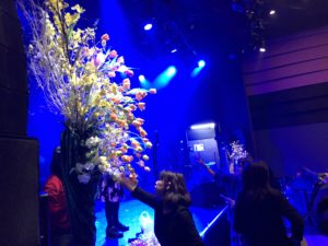 ニアホール渋谷にてステージ装飾準備