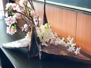 フランス大使館にて「柿渋と和紙でつくる鶴の花器」アレンジ展示