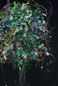 木の幹も枝も葉っぱも全て手作りの大木