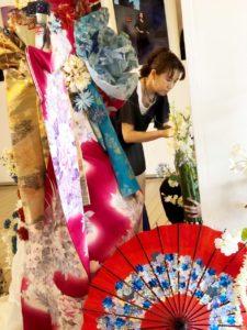 赤レンガ倉庫での花展示設置中